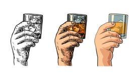 Manlig hand som rymmer ett exponeringsglas med whisky- och iskuber royaltyfri illustrationer