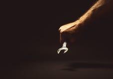 Manlig hand som rymmer ett nyckel- hjälpmedel Royaltyfri Bild