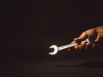 Manlig hand som rymmer ett nyckel- hjälpmedel Arkivbild