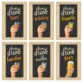 Manlig hand som rymmer exponeringsglas med öl-, tequila-, vodka-, rom-, whisky- och iskuber stock illustrationer