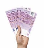 Manlig hand som rymmer fyra 500 euroanmärkningar isolerade Royaltyfri Foto