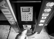 Manlig hand som tar kortet ut ur att parkera maskinen royaltyfri bild