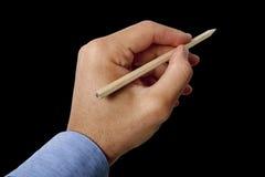 Manlig handinnehavblyertspenna på svart bakgrund arkivfoton