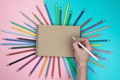 Manlig handteckning, tomt papper och f?rgrika blyertspennor Br?nnm?rka brevpappermodellplats, anm?rker mellanrumet f?r att f?rl?g royaltyfria foton