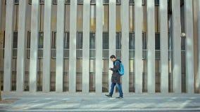 Manlig handtyp på telefonen utomhus på kall dag lager videofilmer
