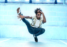 Manlig Hip Hop dansare Dancing Inside en byggnad Royaltyfri Fotografi