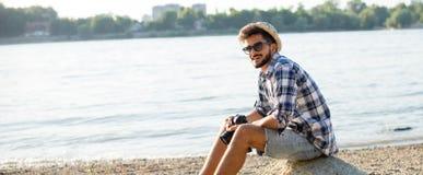 Manlig hipster på en strandpanorama Royaltyfria Foton