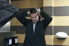Manlig i toalett Royaltyfri Bild