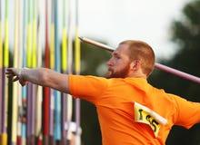 Manlig idrottsman nen Aim för kastspjutkast Arkivbilder