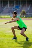 Manlig idrottsman nen som förbereder sig att kasta kulstötningbollen Arkivfoto