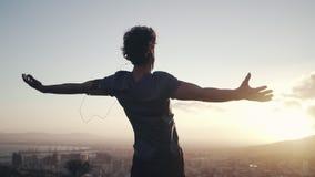 Manlig idrottsman nen som sträcker ut hans händer mot soluppgång stock video