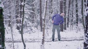 Manlig idrottsman nen som utomhus värmer upp i begreppet för för vinterskoginspiration och motivation arkivfilmer