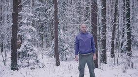 Manlig idrottsman nen som utomhus värmer upp i begreppet för för vinterskoginspiration och motivation stock video