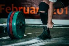 manlig idrottsman nendeadlift i konkurrens Royaltyfria Foton