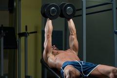 Manlig idrottsman nenDoing Heavy Weight övning för bröstkorg Royaltyfri Bild