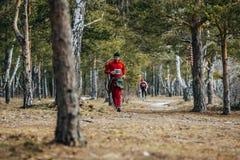 Manlig idrottsman nenspring för allmänt plan på spår i vårskog Royaltyfri Fotografi