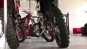 Manlig idrottsman som reparerar hans enduromotorcykel lager videofilmer