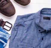Manlig jeans och skjorta med det bruna bältet och skor Fotografering för Bildbyråer