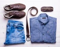 Manlig jeans och skjorta med det bruna bältet och skor Royaltyfri Fotografi