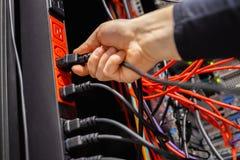 Manlig kabel för teknikermellanläggsmakt i uttag i Datacenter arkivbilder