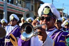 Manlig klarinett för lek för musikbandmedlem under Lenten procession arkivbilder