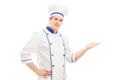 Manlig kock i en likformig som gör en gest med handen Arkivbild