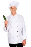 Manlig kock med en gurka Arkivfoton