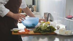 Manlig kock som förbereder sallad i köket Royaltyfri Foto