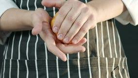 Manlig kock som rymmer en apelsin stock video