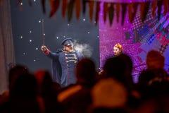 Manlig konstnär som spelar hans del av öppningscermonin Royaltyfria Bilder