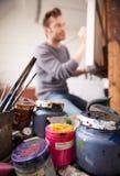 Manlig konstnär Working On Painting i studio royaltyfri fotografi