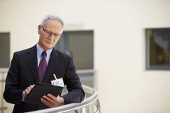 Manlig konsulent Using Digital Tablet i sjukhus arkivfoton