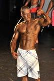 Manlig kroppsbyggare som visar hans bästa Arkivfoton