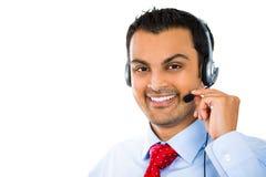 Manlig kundtjänstoperatör som bär en hörlurar med mikrofon arkivbilder