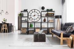 Manlig lägenhet med den runda klockan arkivfoton