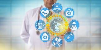 Manlig läkare Operating Surgical Robot via App Arkivfoton