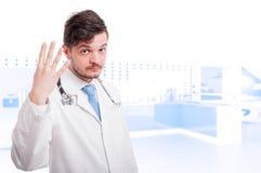 Manlig läkareinnehavhand upp med fyra fingrar Arkivbild