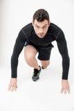 Manlig löpare i startande position royaltyfri bild