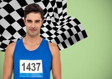 Manlig löpare med nummer på skjortan mot grön bakgrund och rutig flagga Fotografering för Bildbyråer