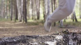 Manlig löparespring längs en naturslinga till och med träna Idrottsman nenspring till och med träna Fot nedersta sikt arkivfilmer