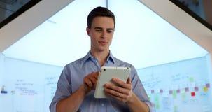 Manlig ledare som använder den digitala minnestavlan 4k lager videofilmer