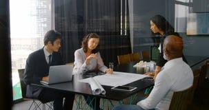 Manlig ledare som talar över telefonen på skrivbordet 4K arkivfilmer