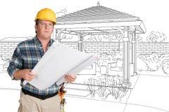 Manlig leverantör med husplan som framme bär den hårda hatten av Cu Royaltyfri Foto
