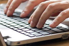 Manlig maskinskrivning för kontorsarbetare på tangentbordet Royaltyfria Bilder