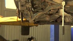 Manlig mekaniker som tar bort den gamla delen för utbyte med stor skruvmejsel lager videofilmer