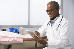 Manlig minnestavla för doktor In Surgery Using Digital Royaltyfria Foton