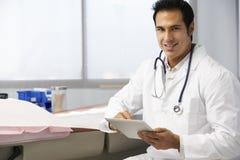 Manlig minnestavla för doktor In Surgery Using Digital Royaltyfria Bilder