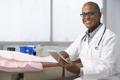 Manlig minnestavla för doktor In Surgery Using Digital Arkivbilder