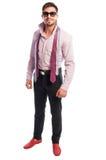 Manlig modell för brunett med den purpurfärgade skjortan och två öppna slipsar Arkivbilder