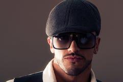 Manlig modell för stående som bär en basker Arkivfoto